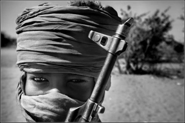 bambino_soldato_deserto